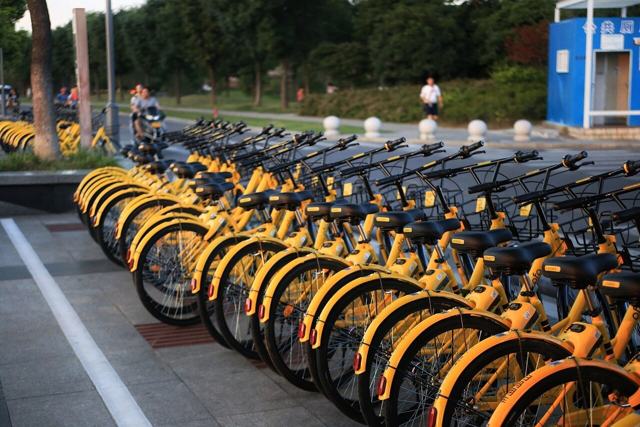 ofo bikes parked at the sidewalk