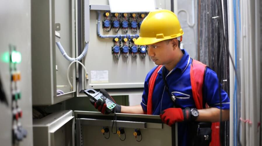 Utility sectors technicians can revamp the nature of their work processes with AR and VR. Source: Shutterstock