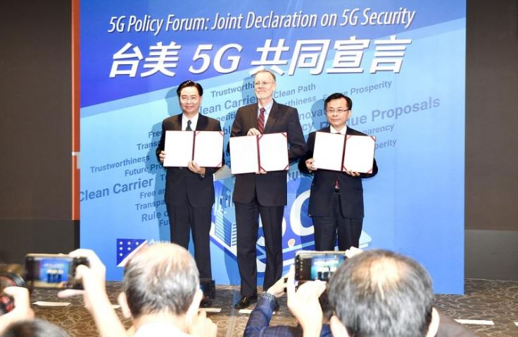 Minister of Foreign Affairs Joseph Wu, American Institute in Taiwan (AIT) Director Brent Christensen and National Communictions Commission Chairman Chen Yaw-shyang hold signed copies of a joint declaration on 5G security