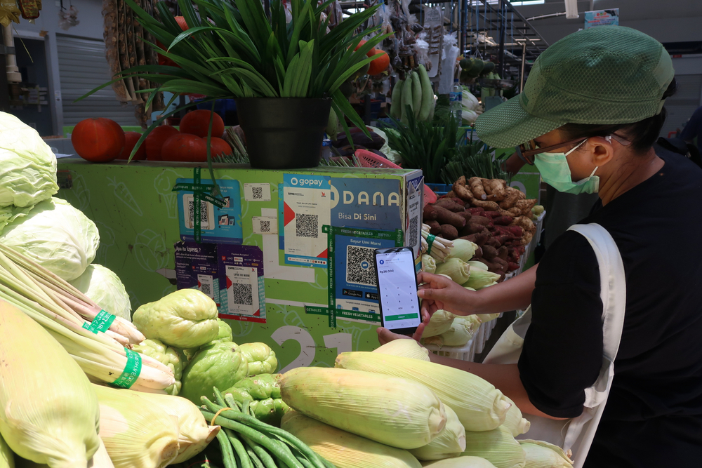 Paying for market items in Indonesia using a cashless fintech solution