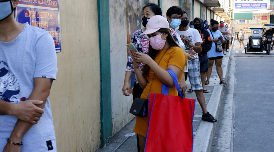 The Philippines is home to a largely underbanked and unbanked population that's out of reach of traditional banking services -- which is what fintechs are aiming to capitalize on( IMG / junpizon / shutterstock)